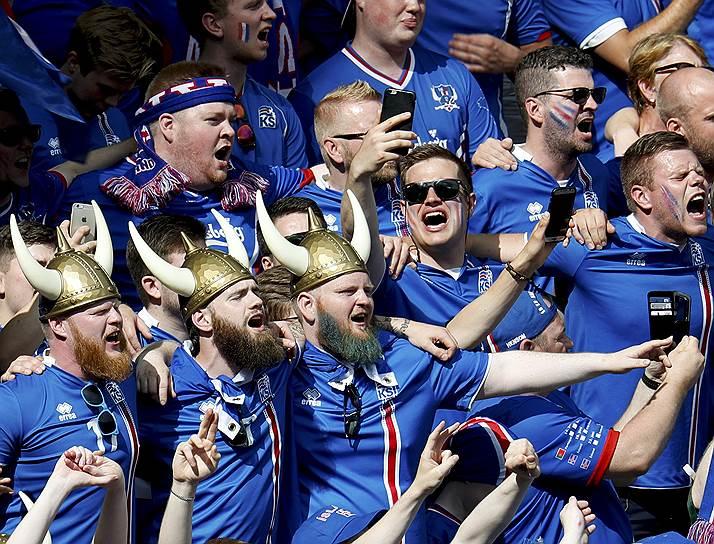Болельщики сборной Исландии не переставали поддерживать свою команду и после того, как она пропустила в первом тайме четыре безответных мяча от французов